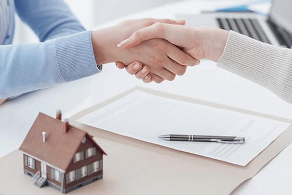 Ai phải nộp phí công chứng khi mua bán nhà đất?