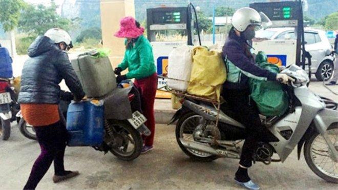 Từ 11/10, tăng mức phạt khi bán xăng dầu qua thùng, can, chai